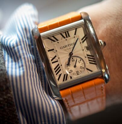 The orange leather strap endows the Cartier a dynamic style.