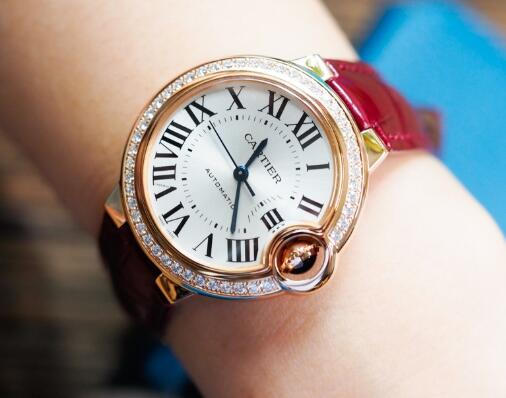 The blue hands and Roman numerals hour markers are contrasted to the silver dial of Swiss copy Cartier.